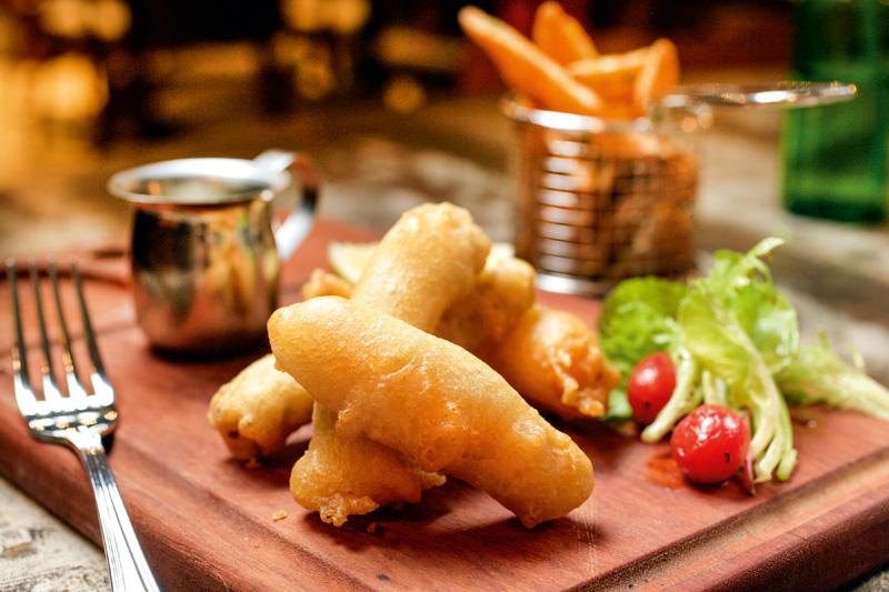 Fish and chips: bastões de bacalhau envoltos em massinha crocante servidos com molho tártaroe fritas sequinhas