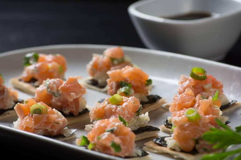 Canapés de Temaki: torradas com nori, salmão, cream cheese, gergelim, cebolinha e arroz cozido