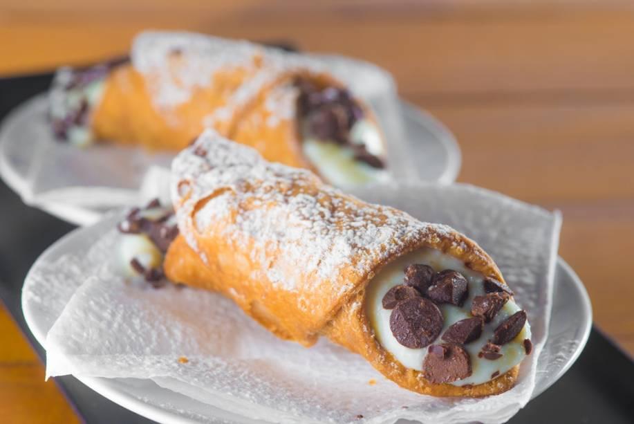 Os cannoli ao estilo siciliano têm massa crocante e recheio levinho