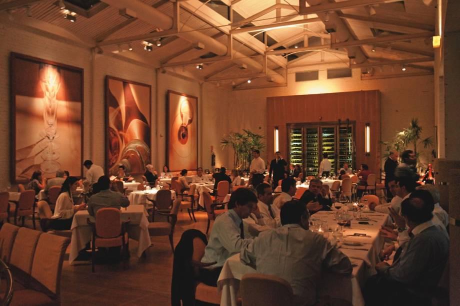 O bem iluminado salão: menu oferece pratos contemporâneos