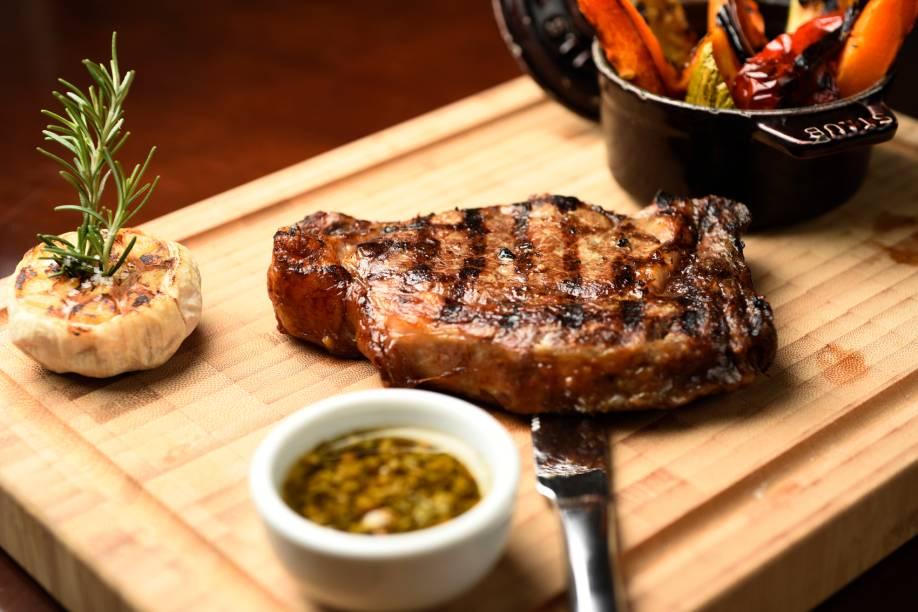 Bife ancho com vegetais grelhados