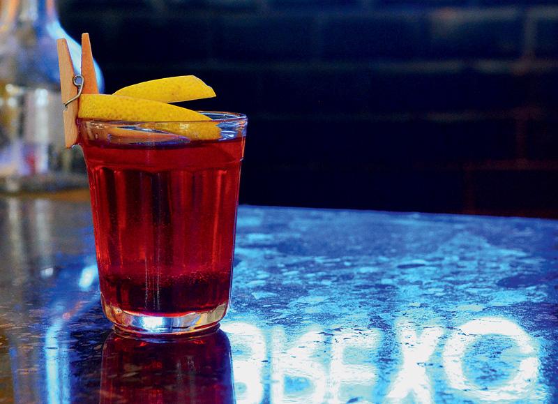 Shot capeta: mistura vodca, licor de laranja, framboesa e suco de grapefruit