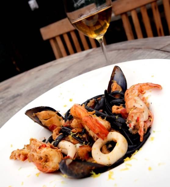 Linguini negro com frutos do mar ao perfume de limão siciliano