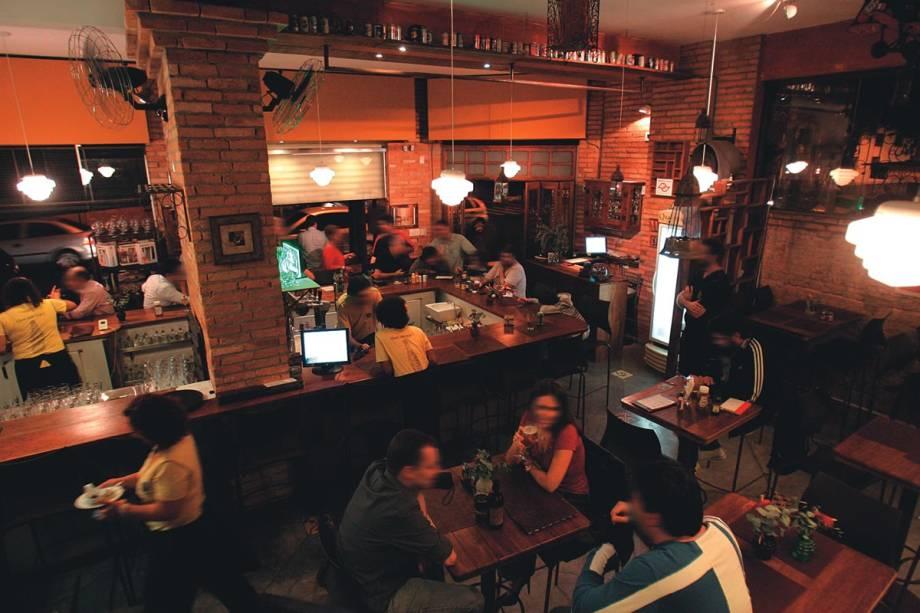 Espaço rústico: balcão com dezoito lugares e mesas de estilo bistrô