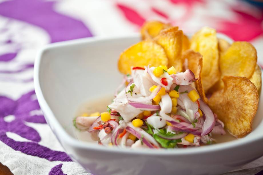 Domingo Cevichero: ceviche macarena leva peixe branco, camarão, polvo, coentro, pepino e manga
