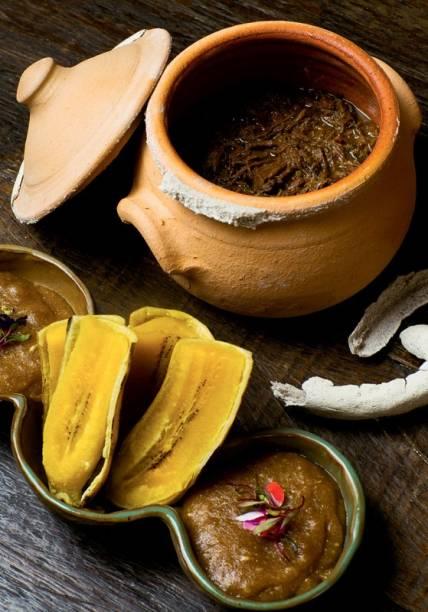Barreado com pirão e banana-da-terra no vapor de cachaça