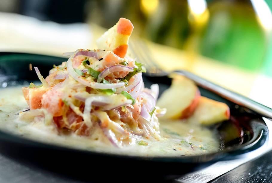 Festival de Ceviches: cubos de salmão marinado em leite de tigre de caju e temperado com pimenta-de-cheiro