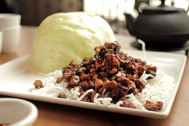 Salada de frango, cogumelos, cebolinha e castanha-d'água para ser enrolada em folhas de alface-americana