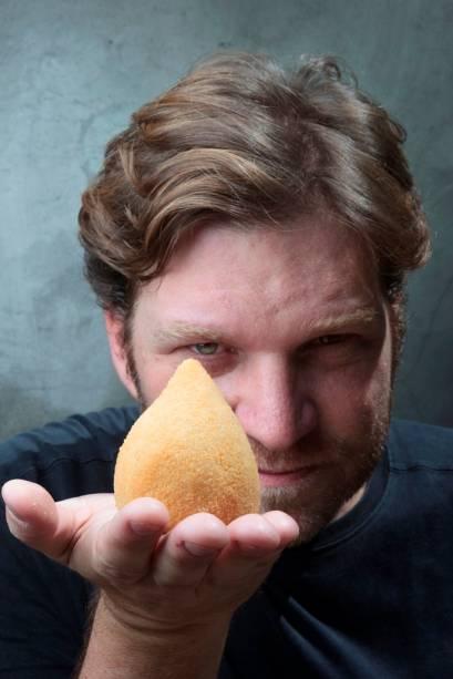 O chef e apresentador Carlos Bertolazzi serve a coxinha de pato e de costela (R$ 8,00 cada)