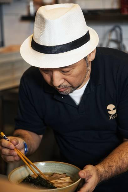 O chef Takeshi Koitani, dono de dois restaurantes especializados em lámen na região metropolitana de Tóquio, é o autor do cardápio
