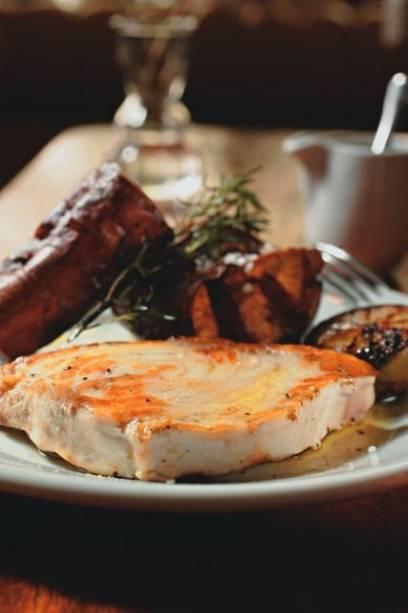 Atum branco com limão-taiti queimado e batata-doce ao murro