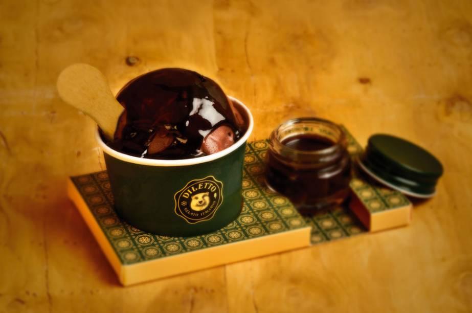 Bola de chocolate com calda: tudo sem açúcar