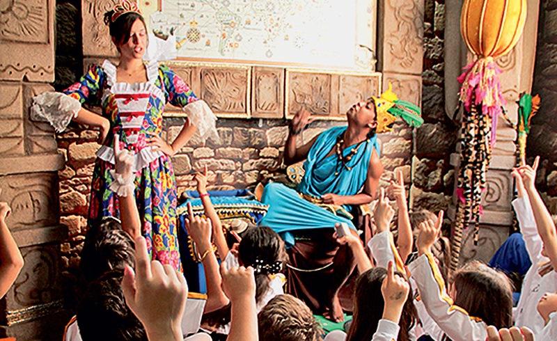 Os personagens Maria Antonieta e Montezuma: a dupla ajuda a contar a história do chocolate no Chocomundo