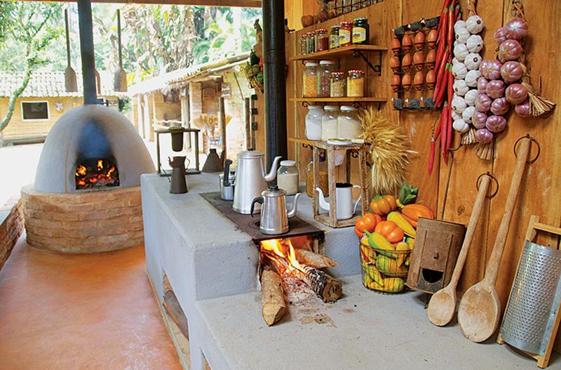 Vila caipira: o café passado no coador de pano é servido aos adultos