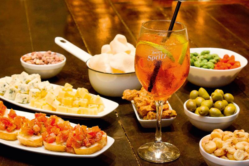 Para beliscar sem pagar: quem bebericar poderá se servir à vontade do balcão de aperitivos
