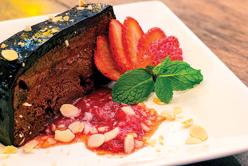 Semifredo de chocolate com avelãs e calda de morango