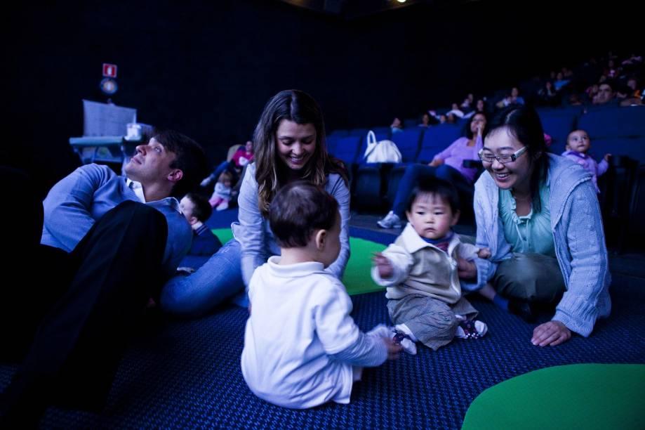No escurinho do cinema: CineMaterna exibe lançamentos para pais com bebês de até 18 meses