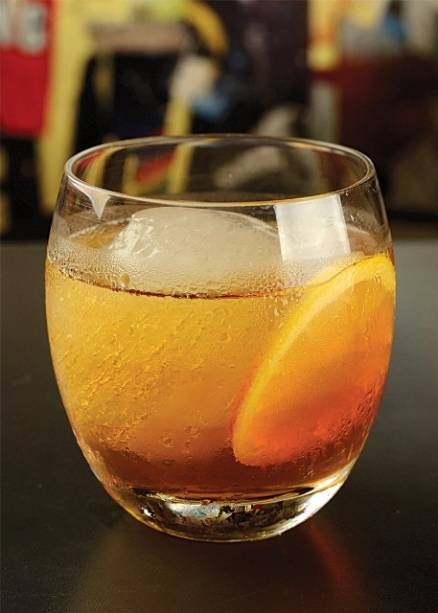 Criação do Derivan de Souza: classic leblon leva cachaça envelhecida, vermute tinto e licor de laranja