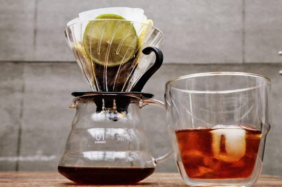 Coado citrus: café é filtrado no Hario com uma rodela de limão e de laranja
