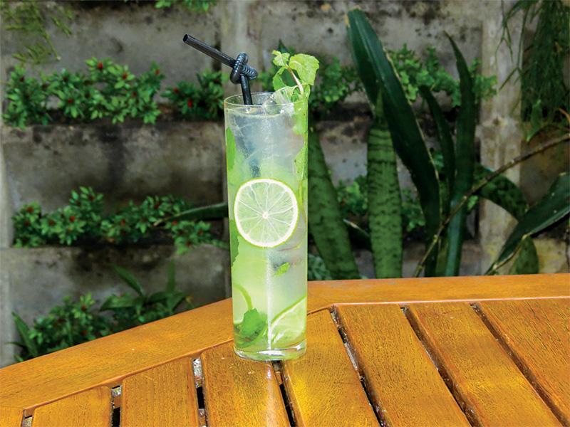 Coconut: apesar da aparência de limonada com hortelã, leva rum de coco e club soda