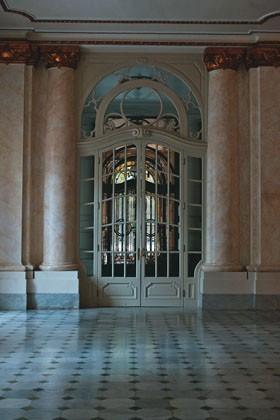 Truque: colunas próximas à porta principal ganham imitação de mármore com técnica que utiliza esponjas, penas e cobertura de cera