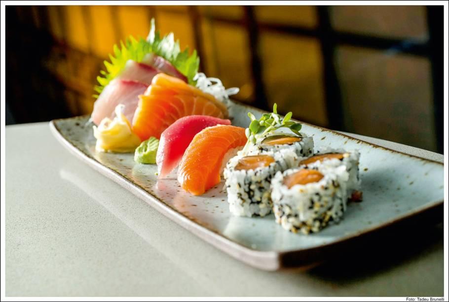 Sushis e sashimis de doze peças
