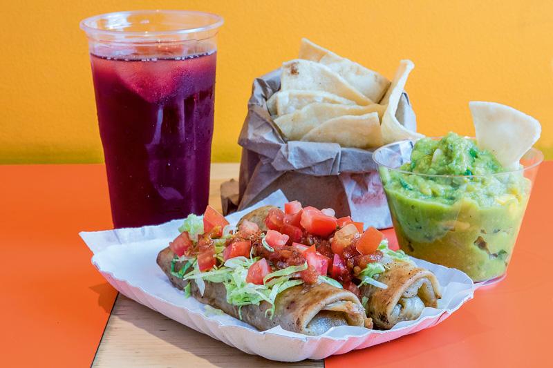 Sugestão do combinado de segunda: guacamole, burritos de pernil e refresco