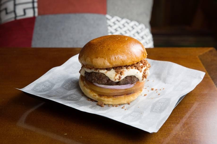 Batizado de provoleta, o sanduba junta creme de provolone, farofa de bacon e cebola-roxa