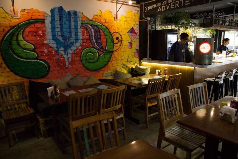 O ambiente da casa, com pegada industrial e paredes grafitadas