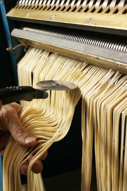 Máquina restaurada: corte dos fios de linguine