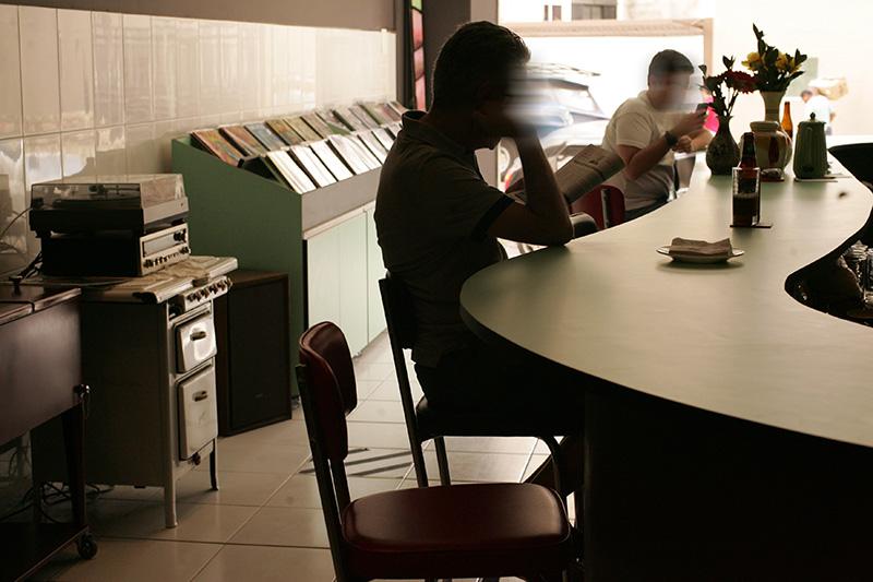 No salão, a lateral é tomada por LPs, todos à venda