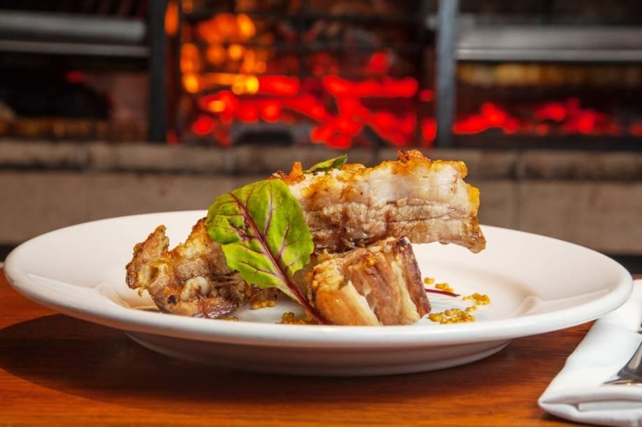Na churrasqueira, são finalizadas a macias costelinha de porco