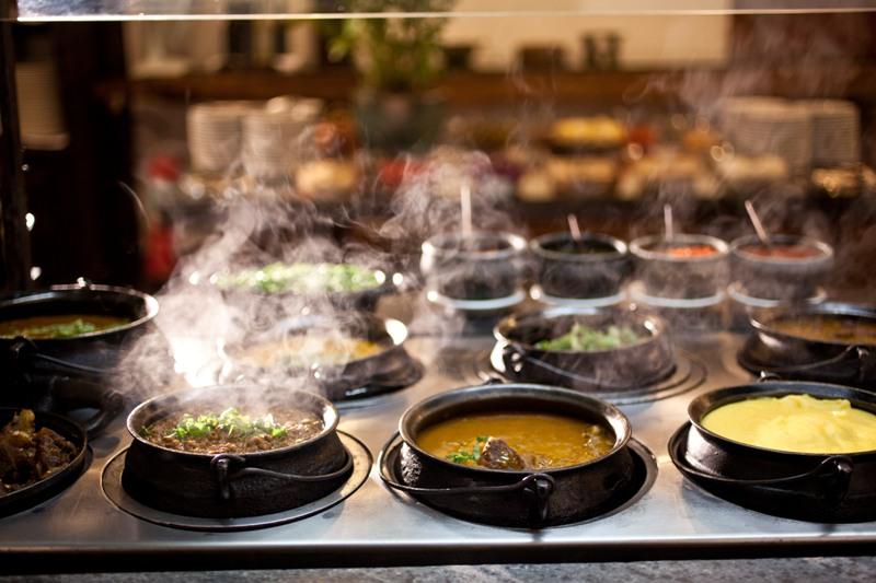 Almoço mineiro: o bufê inclui vaca atolada, frango com quiabo e canjiquinha, entre outras opções