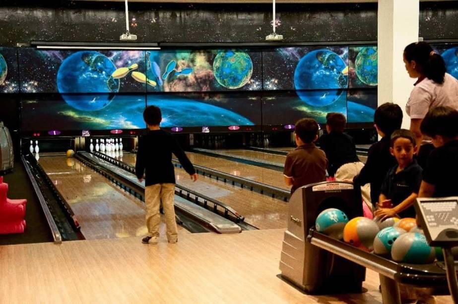 Pista do Villa Bowling: barreiras bloqueiam as canaletas e evitam as bolas perdidas