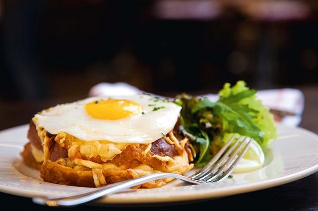 No brioche, o lanche de presunto e gruyère ganha uma opção com ovo