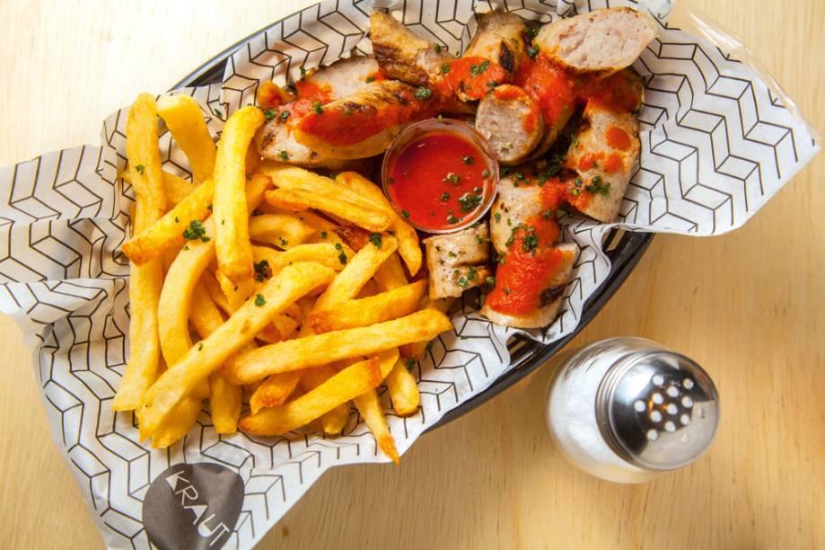 Currywurst: porção de salsichão grelhado com batatas fritas