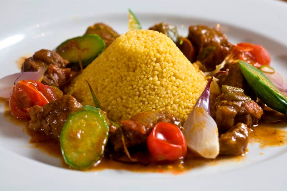 O guisado de cordeiro com cuscuz de farinha ovinha de Uarini e legumes: sabor da Amazônia