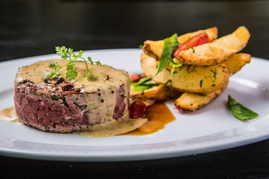 Steak tartare de filé-mignon levemente selado