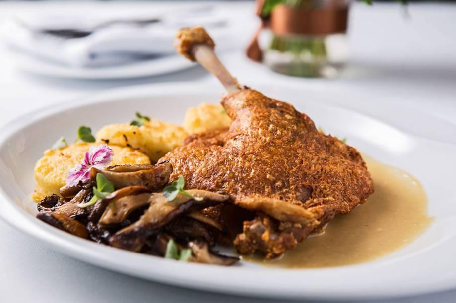Ao molho de mel e mostarda, o confit de pato vai à mesa com nhoque de sêmola à romana com cogumelo shiitake fatiado