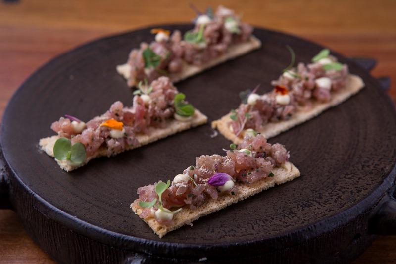 Tartare da carne curada com pó de cogumelo shiitake e maionese de tutano na torrada