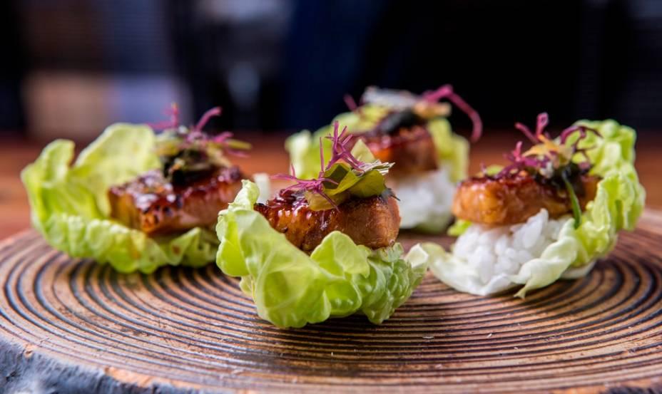 Cestinhas de alface com arroz, algas e costelinha de porco