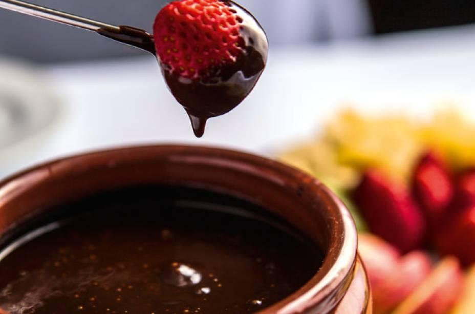 Fondue de chocolate com frutas para aproveitar o término do inverno