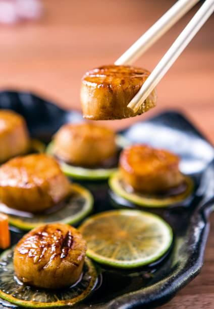 Porção de vieiras grelhadas sobre fatias de limão
