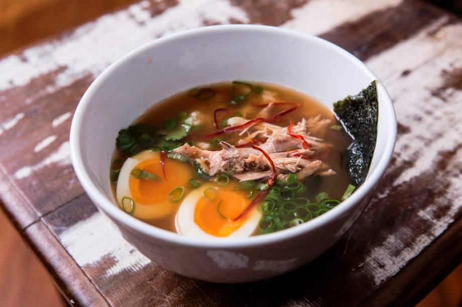 Revigorante, a canja de galinha de pegada oriental com alga integra o cardápio bolado pelo chef e sócio Marcelo Corrêa Bastos