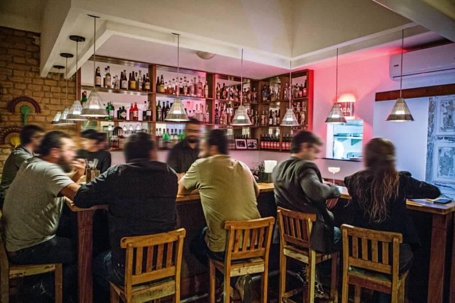 No balcão, de frente para os bartenders: sem frescura