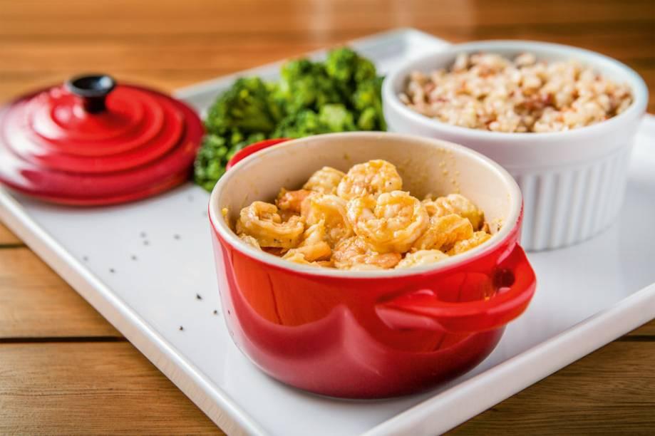 A panelinha de camarão no leite de coco e capim‑cidreira com arroz‑cateto integral com brócolis salpicado de chia