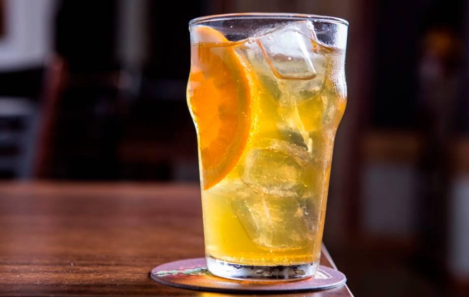 Tirado na pressão, o drinque fernandão leva uísque, chá earl grey e tônica