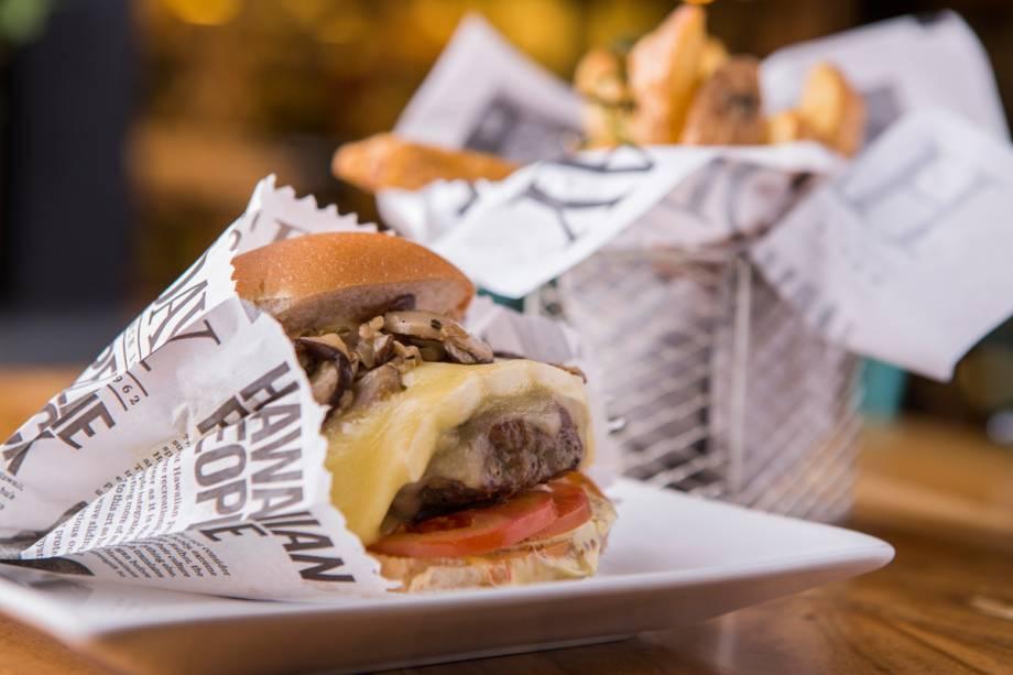 O hambúrguer da casa, de 180 gramas, empilha queijo brie, cogumelo shiitake, tomate e maionese de mostarda em grãos