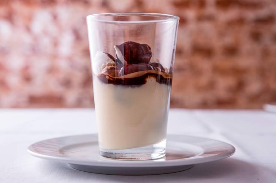 Para açucarar a refeição, o copo de suspiro, creme e calda e chocolate ganha o nome de peitinho de mulata