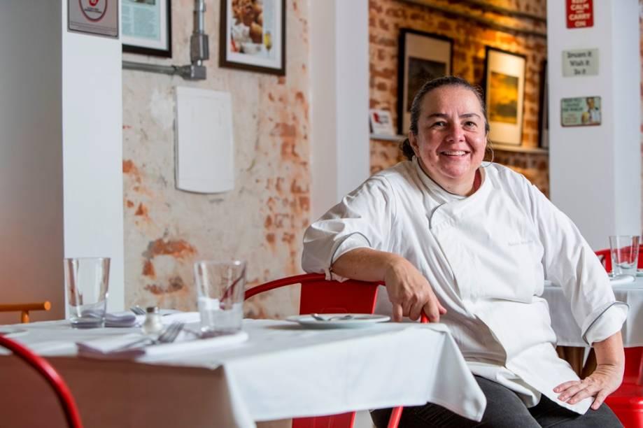 A chef e proprietária Renata Braune posa no restaurante